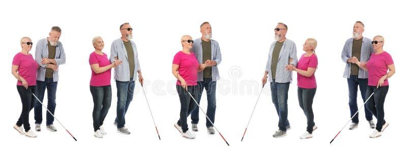 Stellen Sie von der reifen Blinde mit langem Stock gehend auf Weiß ein lizenzfreies stockbild