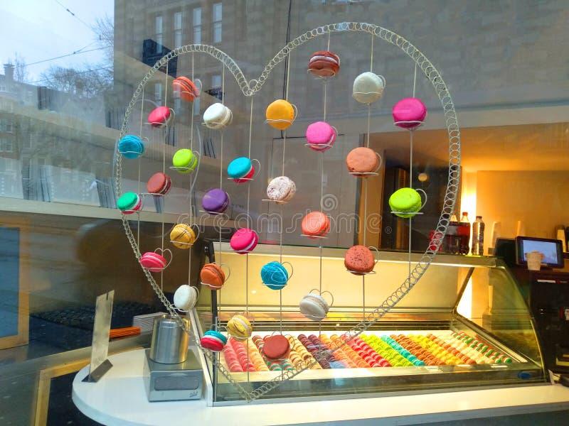 Stellen Sie von einem macarons Geschäft zur Schau stockbilder