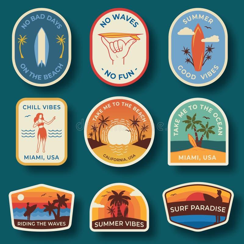 Stellen Sie von neun Strandausweisen ein Handgezogene Palmen und Strandelemente im Retrostil Sommeraufkleber, -ausweise und -ikon lizenzfreie abbildung