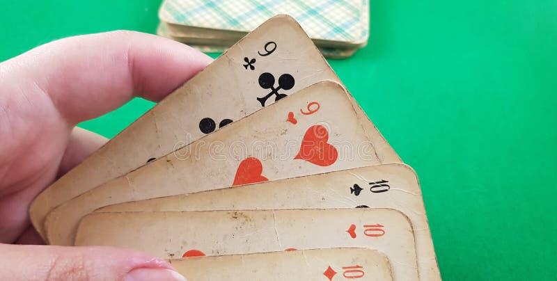 Stellen Sie von Spielkarten von verschiedenen Klagen in der weiblichen Hand ein stockbild
