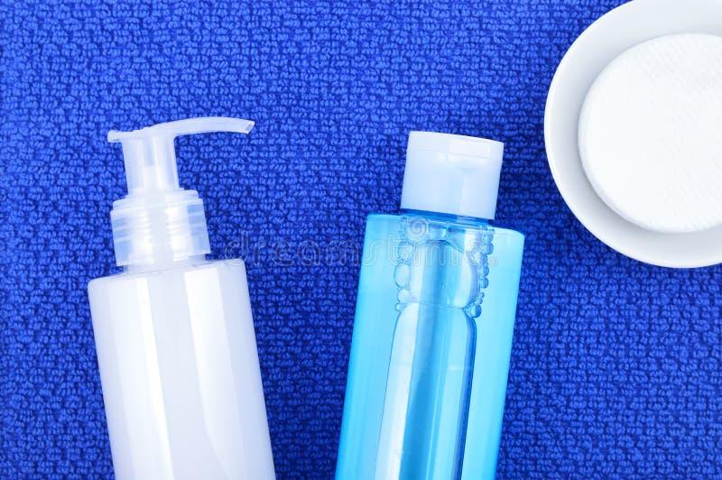 Stellen Sie Wäschereinigungsgel, Toner und Baumwollreinigungsauflagen gegenüber stockbild