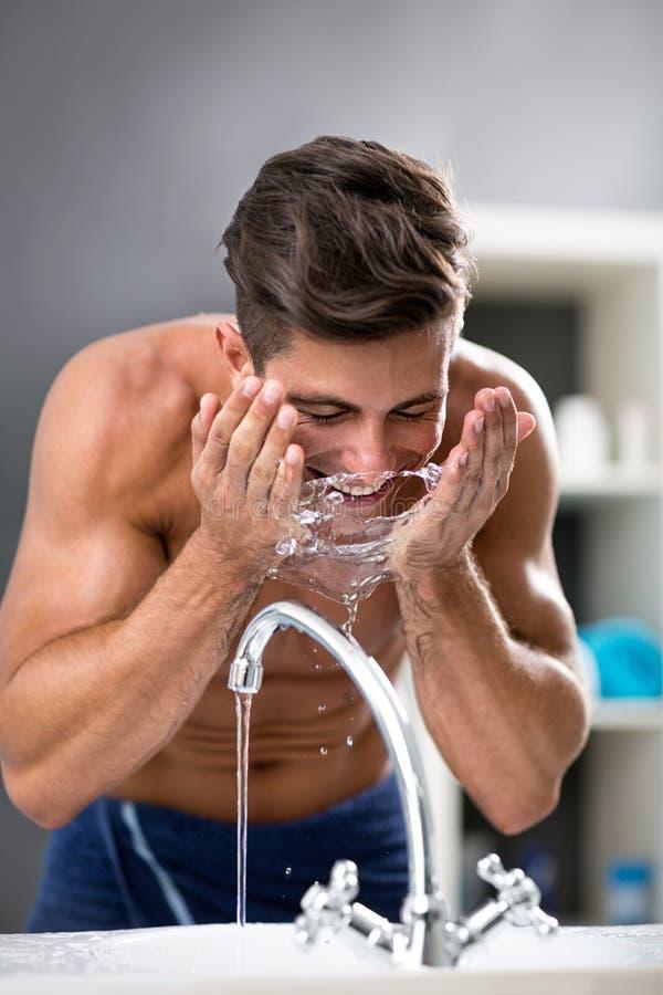 Stellen Sie waschendes Gesicht der Washington-Frau im Bad mit Schaumgummi gegen?ber stockbilder