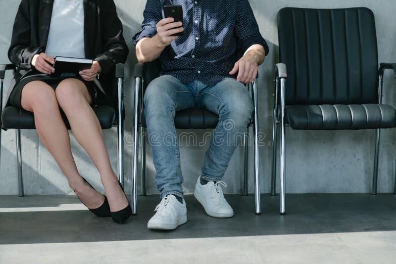 Stellenangebot, das jetzt Wartebewerberbeine anstellt lizenzfreies stockbild