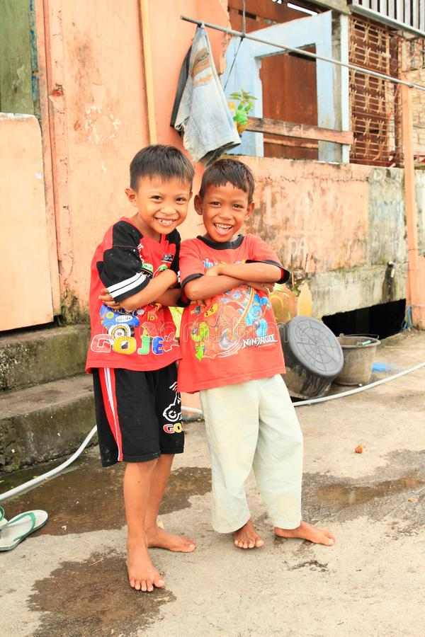 Stellende jongens in Manado stock foto