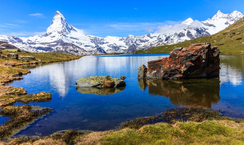 Stellisee湖的美好的全景夏天视图有偶象马塔角Monte Cervino, Mont Cervin的反射的 库存照片