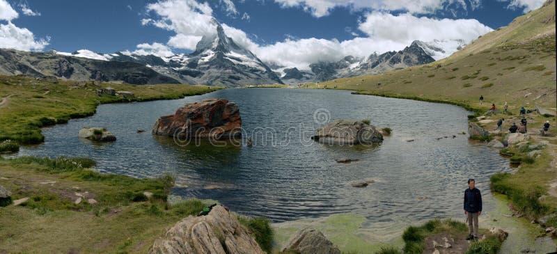 Stellisee en beroemde rode rots in Wallis, die Matterhorn tonen royalty-vrije stock foto