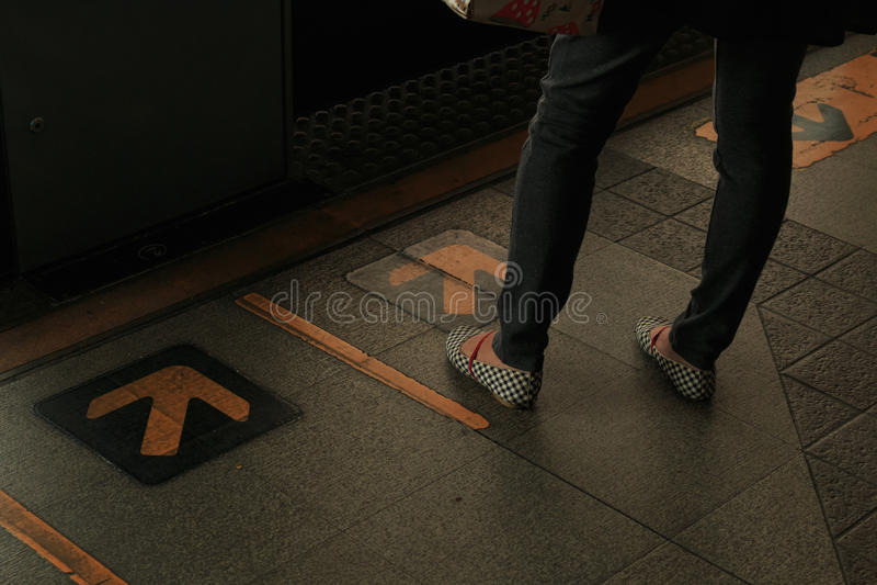 Stellung auf die Art von skytrain (zurückhaltende Art) stockfoto