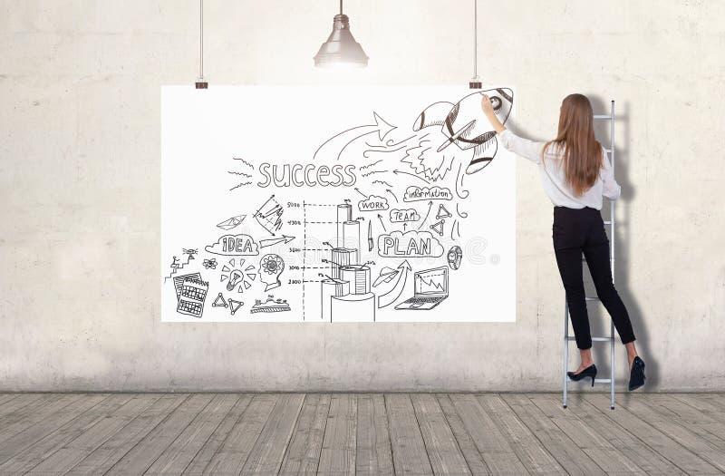 Stellung der jungen Frau auf einer Leiter und Zeichnen einer Unternehmensplanskizze auf einer weißen Fahne 3d übertragen Elemente stockfotografie