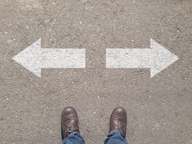 Stellung an der Kreuzung, die Entscheidung die Weise zu gehen trifft lizenzfreie stockbilder