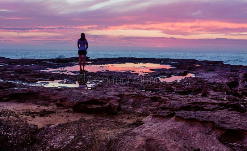 Stellung in der Stille des Sonnenaufgangmorgens stockbilder
