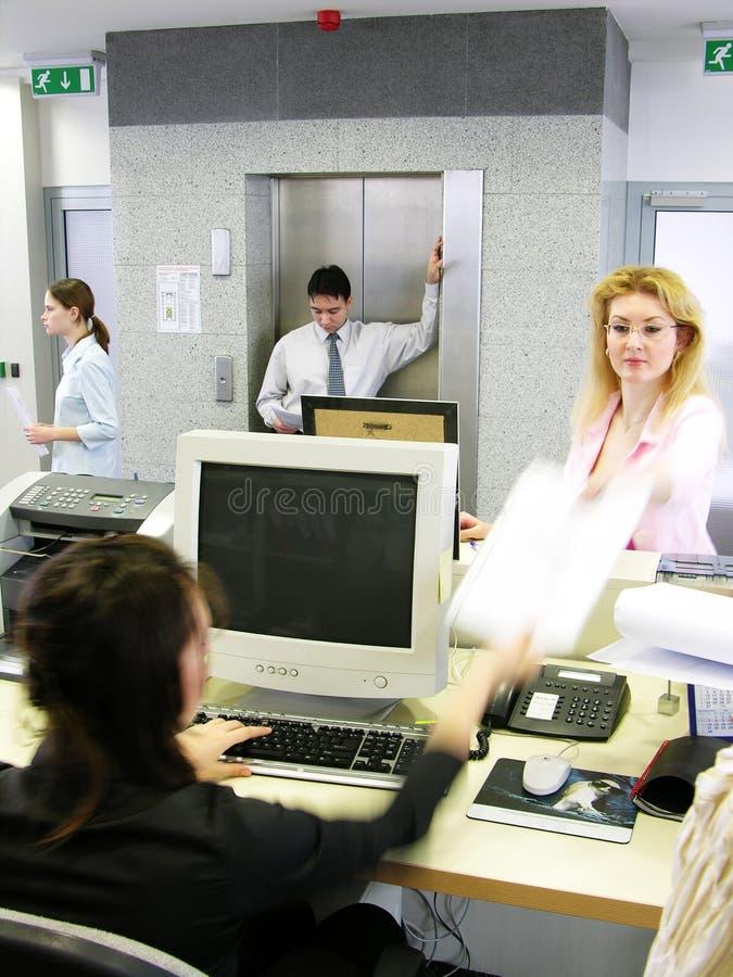 Stellvertretender Direktor, der Papiere übergibt lizenzfreie stockfotografie