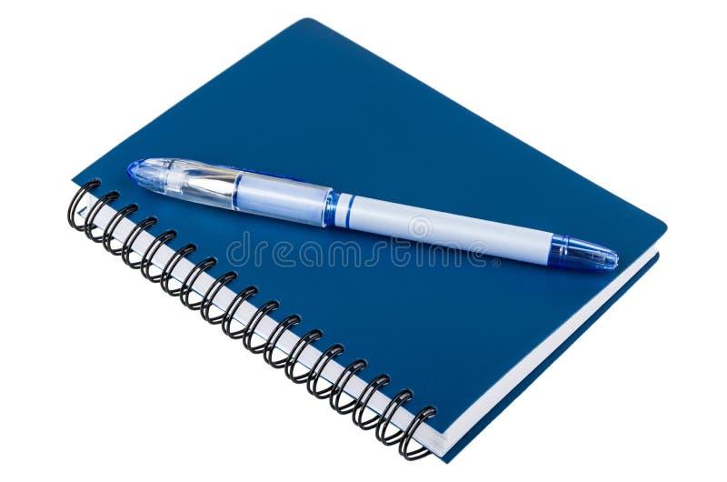 Stelna pennan på notepaden som isoleras på vit royaltyfria foton