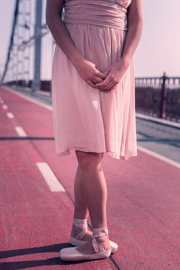 Stelt de professionele vrouwelijke de danser van Nice status in primair stock foto's