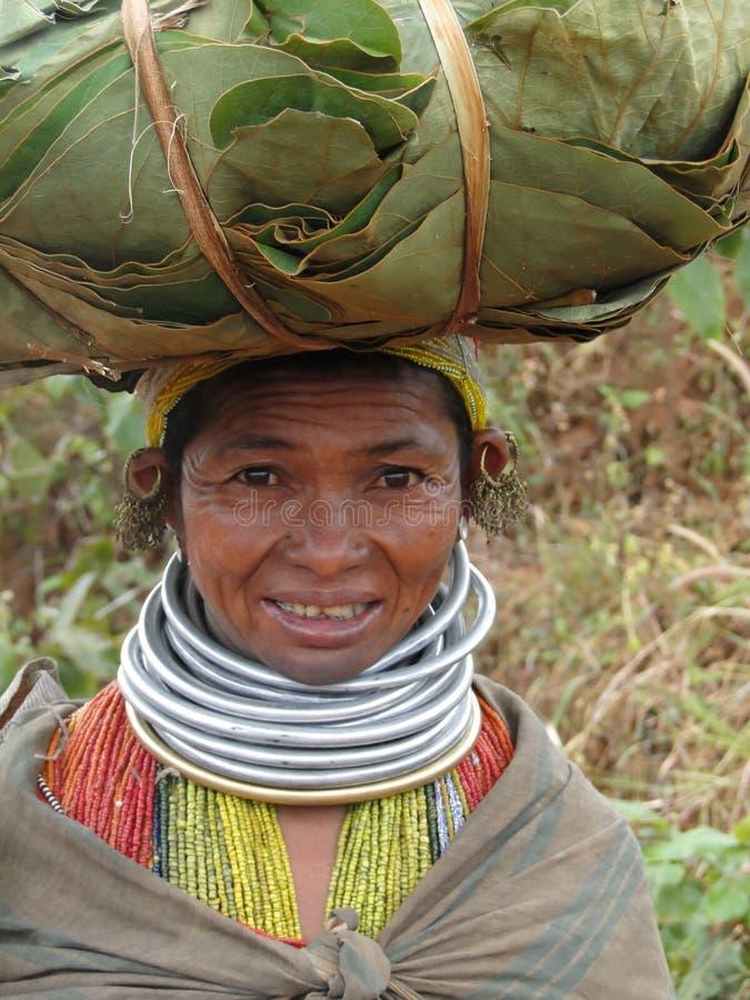 Stelt de stammenvrouw van Bonda voor een portret stock foto's