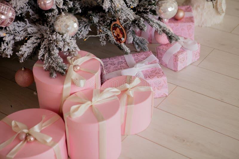 Stelt en Giften onder Kerstboom, het Concept van de de Wintervakantie voor stock afbeeldingen
