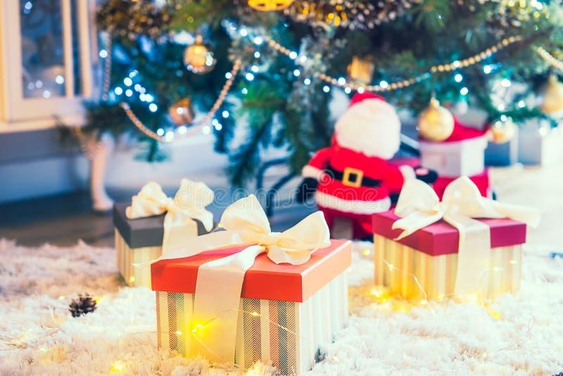 Stelt en Giften onder Kerstboom, het Concept van de de Wintervakantie voor zachte selectieve nadruk, exemplaarruimte stock afbeeldingen