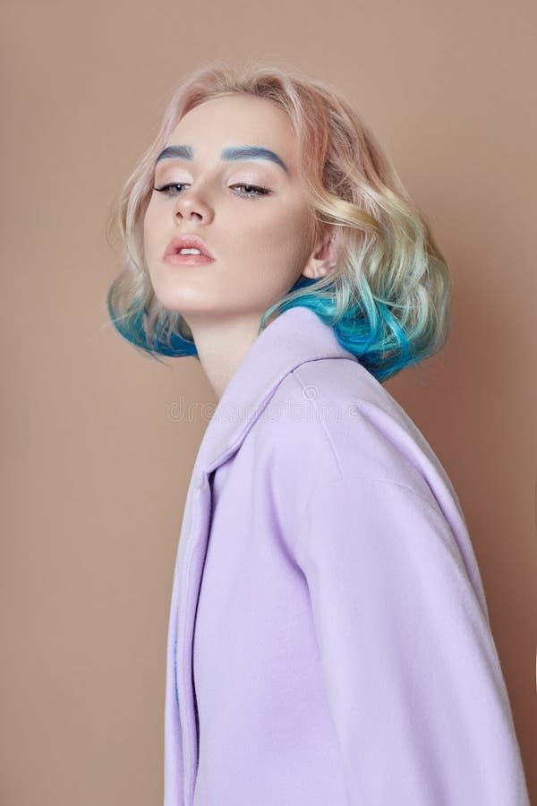 Stelt het de lente heldere gekleurde vliegende haar van de portretvrouw, allen purper blauw in de schaduw Haarkleuring, mooie lip royalty-vrije stock fotografie