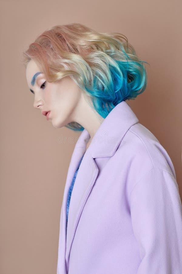 Stelt het de lente heldere gekleurde vliegende haar van de portretvrouw, allen purper blauw in de schaduw Haarkleuring, mooie lip stock afbeelding