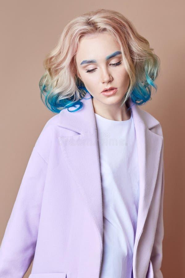 Stelt het de lente heldere gekleurde vliegende haar van de portretvrouw, allen purper blauw in de schaduw Haarkleuring, mooie lip stock foto