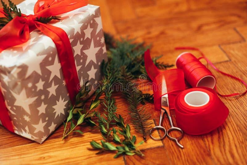 Stelt het verpakken voor Kerstmis voor stock afbeelding