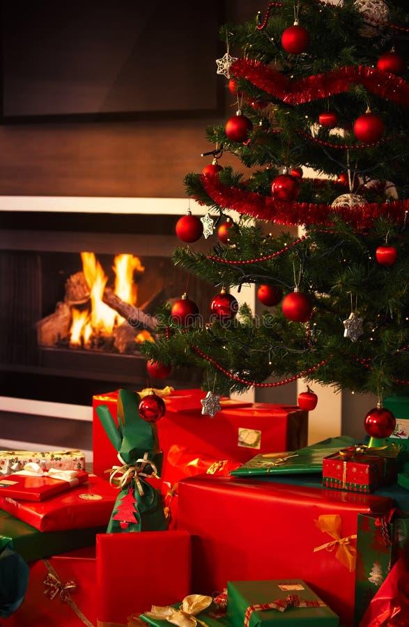 Stelt onder Kerstmisboom voor stock foto's