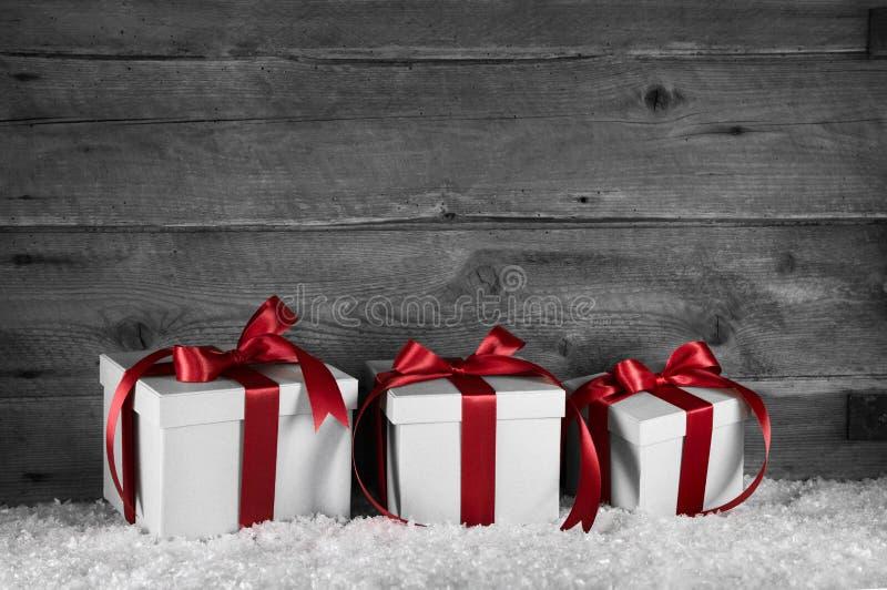 Stelt rode witte Kerstmis drie op oude houten grijze achtergrond voor royalty-vrije stock foto's