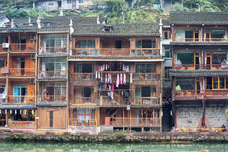 Stelthuizen op de Tuojiang-Rivier bij de oude stad van Fenghuang, de Provincie van Hunan, China stock foto