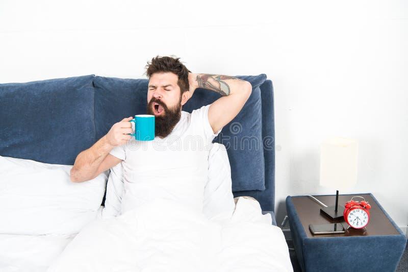 Stem binnen aan nieuwe dag Het mensdomlooppas op koffie Ochtend het wekken beter met kopkoffie Ontspan en rust brutale de Mens royalty-vrije stock foto