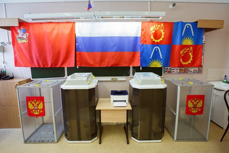 Stembussen in een opiniepeilingspost voor Russische presidentsverkiezingen op 18 Maart, 2018 wordt gebruikt die Stad van Balashik stock afbeeldingen