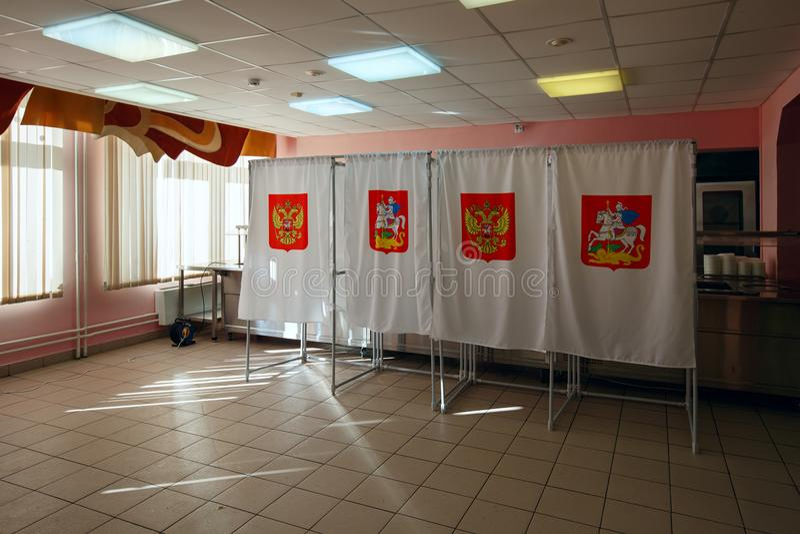 Stemhokje in een opiniepeilingspost, voor Russische presidentsverkiezingen op 18 Maart, 2018 wordt gebruikt die Stad van Balashik royalty-vrije stock foto's