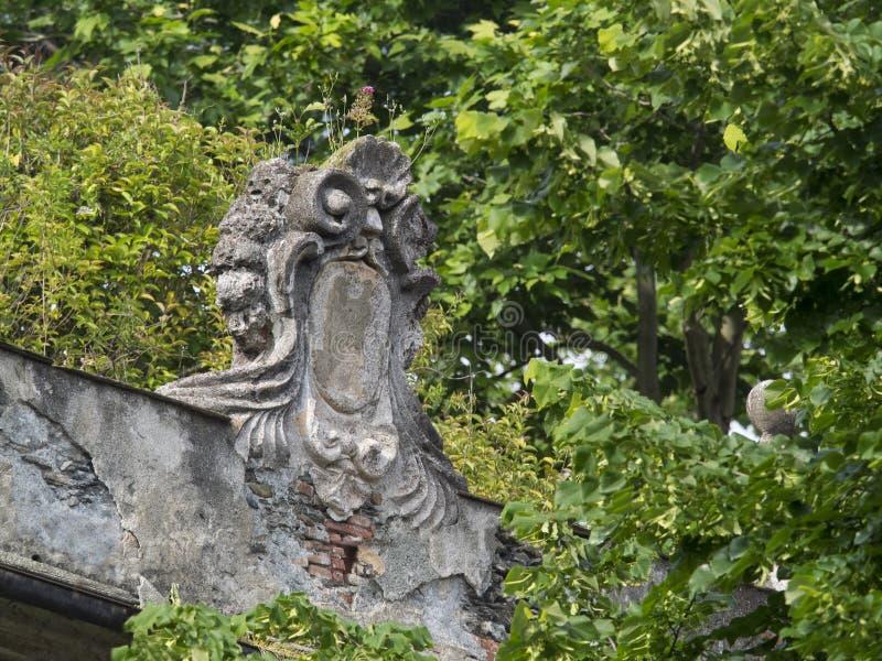 Stemma antica sopravvissuta, su una facciata di una villa immagini stock libere da diritti