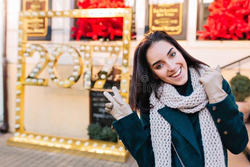 Stemming van het Brightful de nieuwe jaar van het aantrekkelijke modieuze jonge vrouw lopen in stad op straat op de wintertijd Be royalty-vrije stock afbeeldingen
