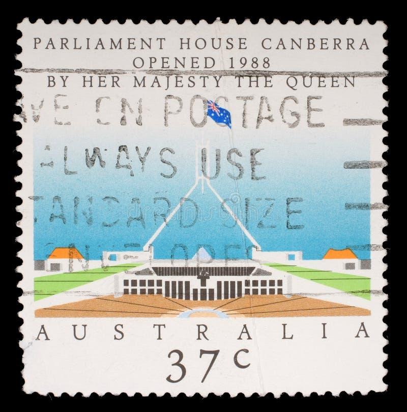 Stempel gedruckt durch Australien, Shows Parlamentseröffnungs-Haus, Canberra stockfoto