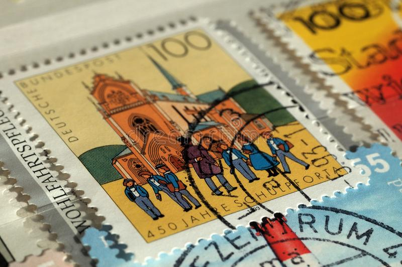 Stempel gedruckt durch Deutschland Ausgabe auf Gebäude, zeigt 450. Jahrestag von Pforta-Schule, flache Tiefe von lizenzfreie stockbilder