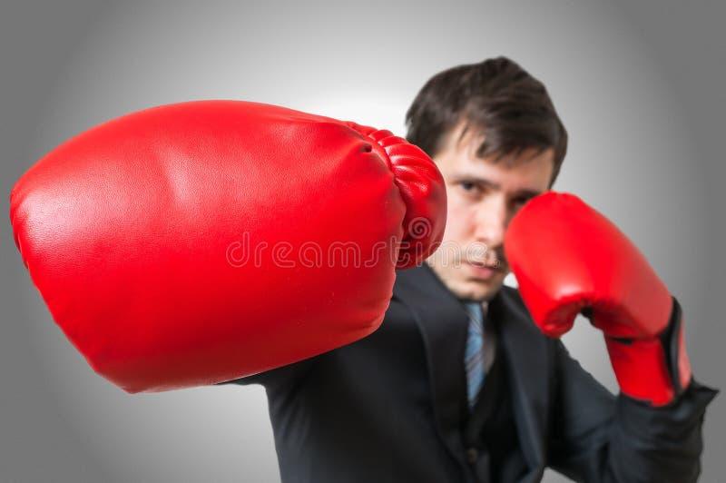 Stempel van in dozen doende zakenman in kostuum Het vechten Concept stock afbeeldingen