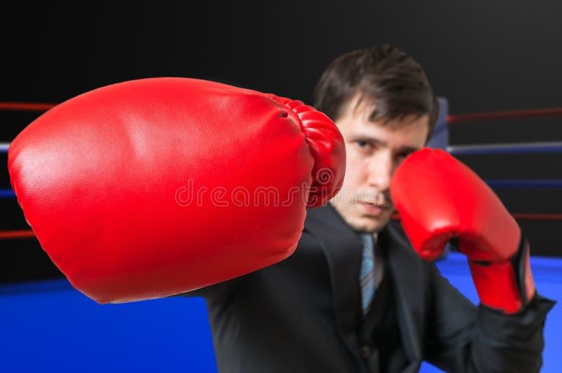Stempel van in dozen doende zakenman in kostuum Het vechten Concept royalty-vrije stock fotografie