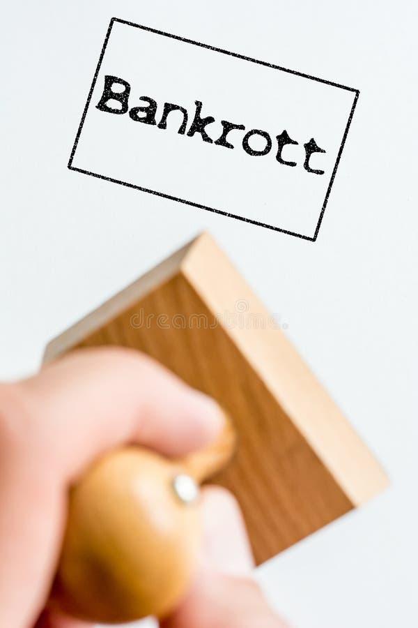 Stempelimpressum auf Weißbuch auf dem Thema der Finanzierung mit dem deutschen Wort für Konkurs stockbild