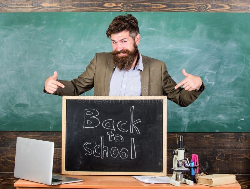 Stemt in de leraar ervaren opvoeder met nieuwe enrollees om met studie te beginnen en onderwijs te krijgen Onthaal terug naar sch stock fotografie