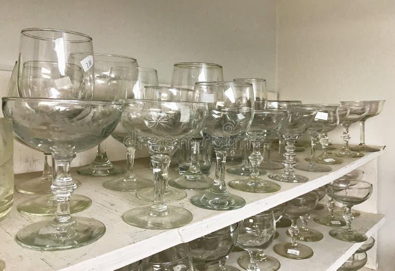 Stemware cristalino de cristal usado en estantes en tienda de descuento fotos de archivo libres de regalías