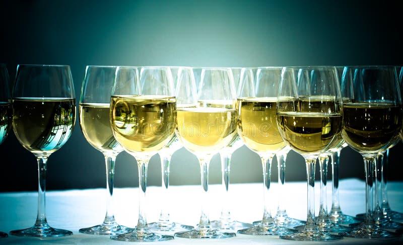 Stemware des Champagners auf einer weißen Tabelle bankett getont lizenzfreie stockfotografie