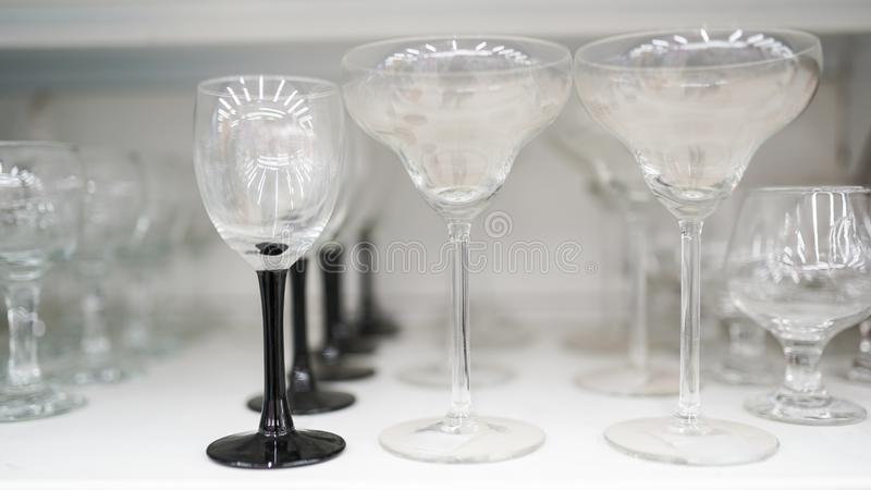 Stemware en verre de diff?rentes tailles sur le march? photo libre de droits