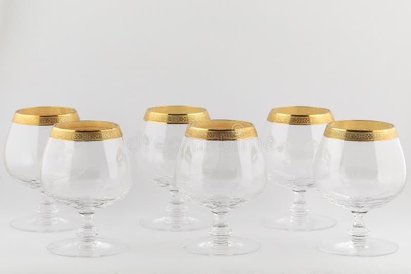 Stemware facettierte die Gläser, die vom tschechischen Glas mit einer goldenen Verzierung gemacht wurden, die auf einem weißen Hi lizenzfreie stockfotografie