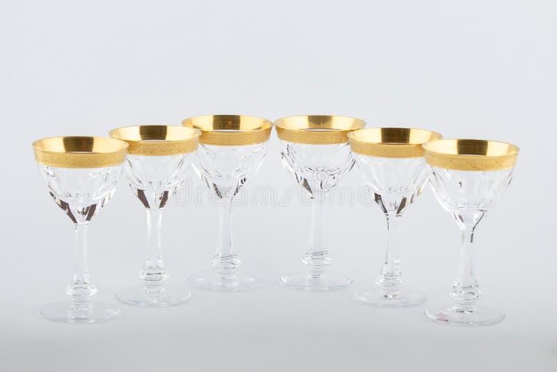 Stemware facettierte die Gläser, die vom tschechischen Glas mit einer goldenen Verzierung gemacht wurden, die auf einem weißen Hi stockbild