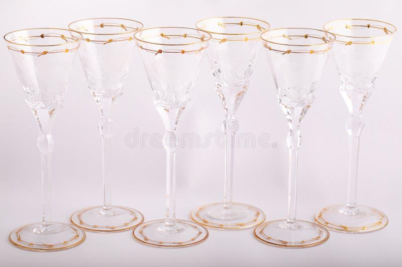 Stemware facettierte die Gläser, die vom tschechischen Glas mit goldene Linien und die Verzierung lokalisiert wurde auf einem wei lizenzfreie stockfotos
