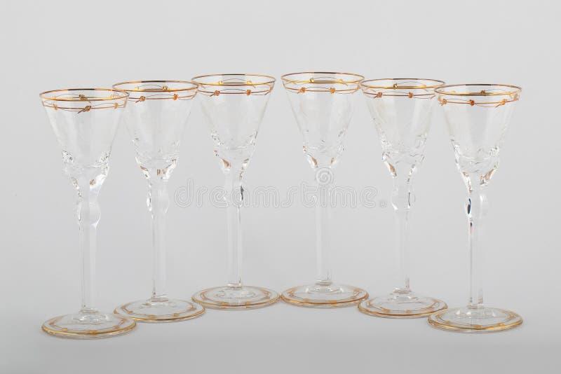 Stemware facettierte die Gläser, die vom tschechischen Glas mit goldene Linien und die Verzierung lokalisiert wurde auf einem wei stockfoto