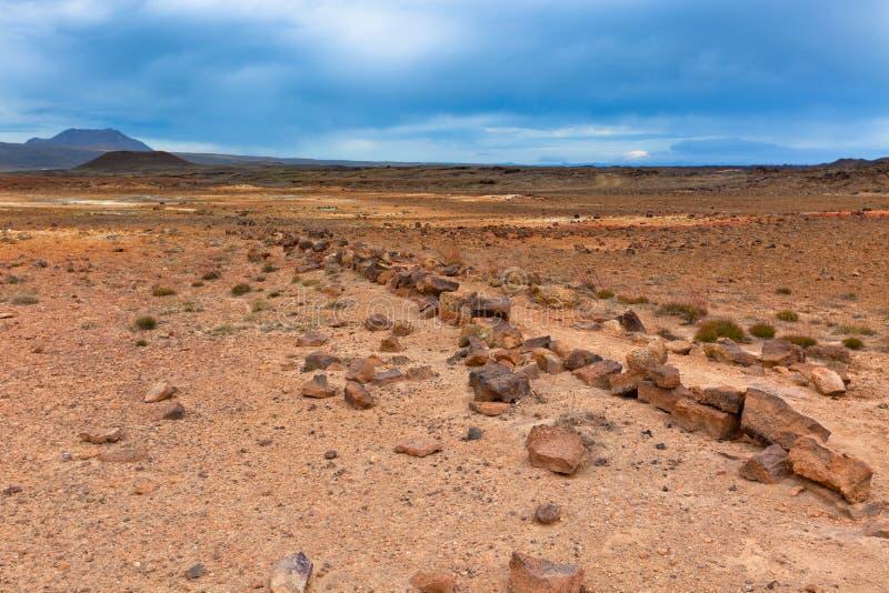 Stenöken på geotermiskt område Hverir, Island royaltyfri bild