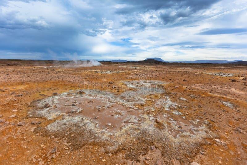 Stenöken på geotermiskt område Hverir, Island royaltyfria bilder