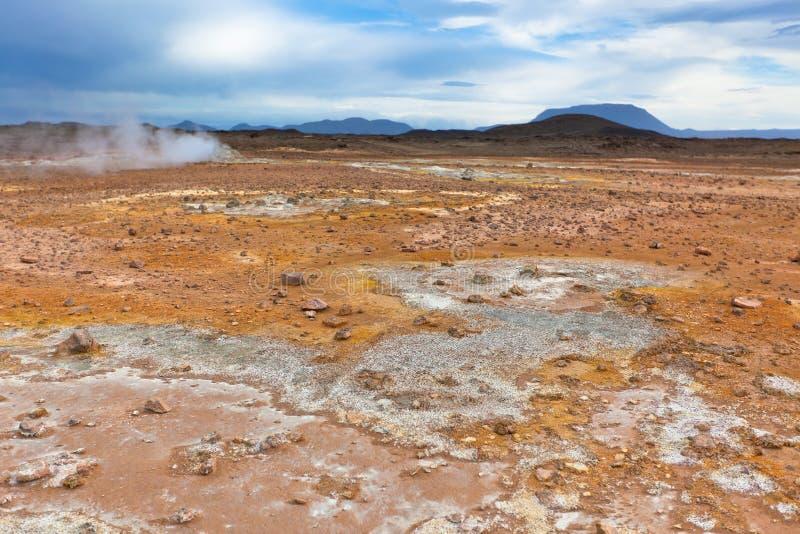 Stenöken på geotermiskt område Hverir, Island arkivfoto