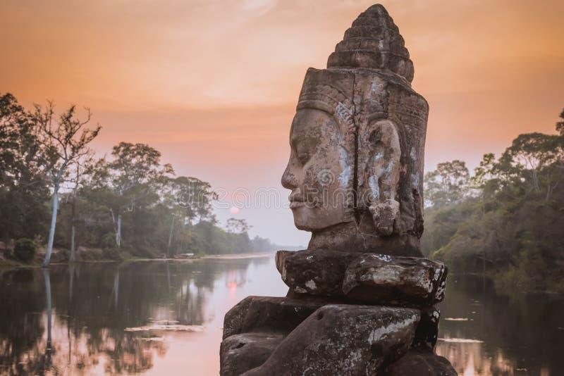 Sten Asura nära den södra porten av Angkor Thom i Siem Reap, Cambodja arkivbild