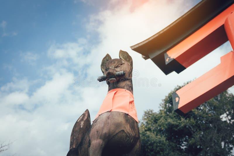 Sten av förmyndareräven av Fushimi Inari Taisha i Kyoto, Japan royaltyfri fotografi